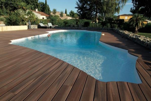 idée terrasse : une piscine en bois exotique dans votre jardin
