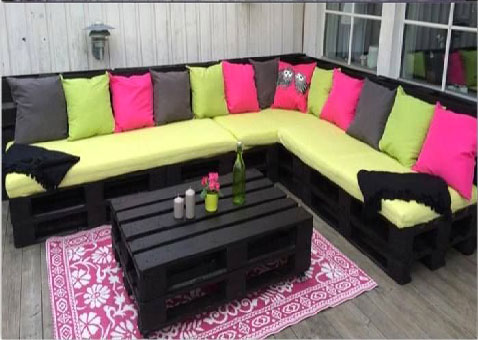 une terrasse en bois recycl pour un magnifique salon ext rieur. Black Bedroom Furniture Sets. Home Design Ideas